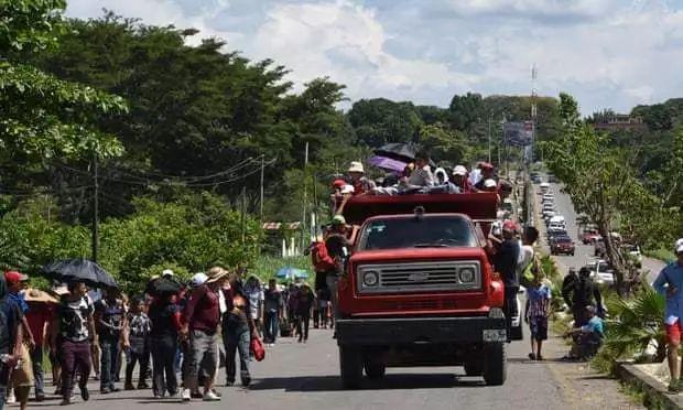 特朗普派出5200重兵!7000非法难民手拉手誓死挺进美国 一场厮杀在所难免