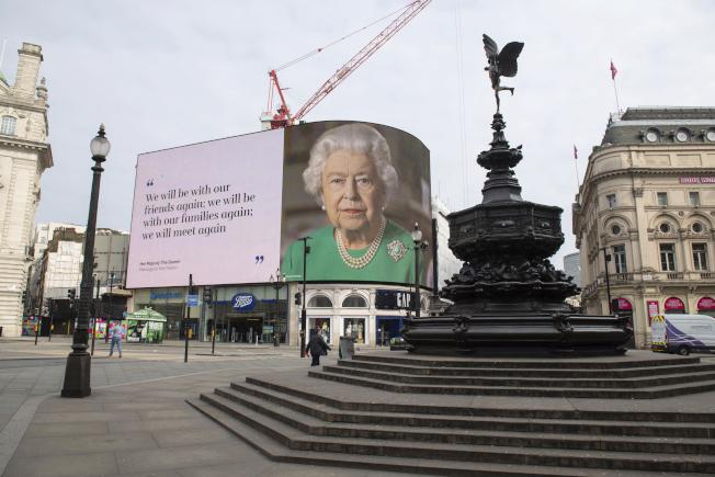 英国的新冠肺炎疫情日益严重,首相强生仍在重症病房。图为8日伦敦闹区的皮卡迪利圆环,挂着英国女王伊丽莎白二世的肖像,以及激励人心的隽语。(美联社)