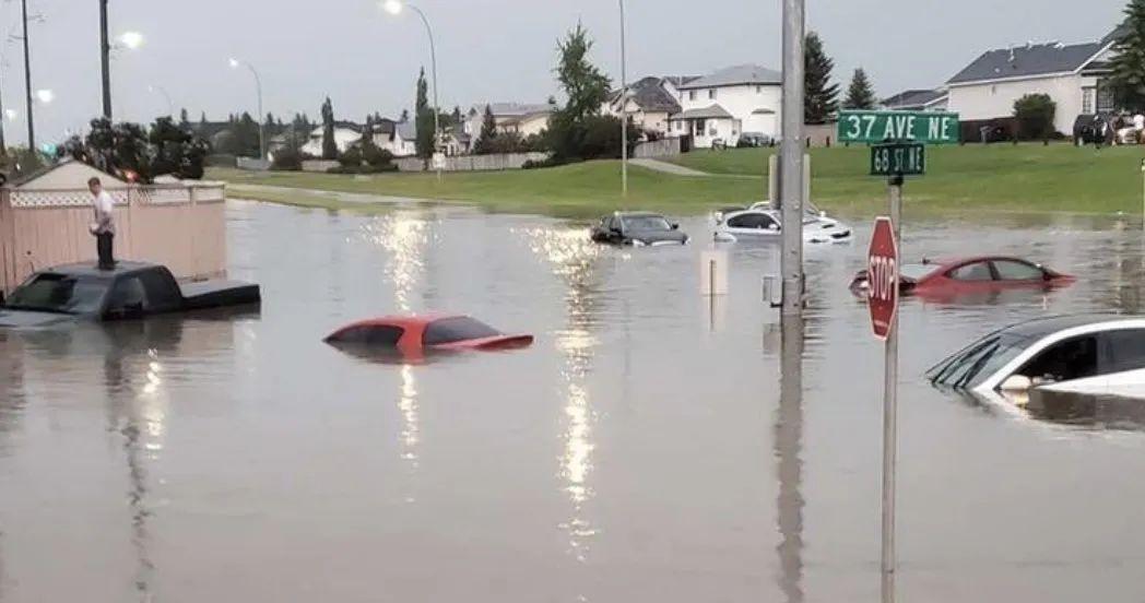 灾难实拍! 疫情下 加拿大突遭龙卷风袭击 所到之处房屋尽毁! 山洪爆发 全城瘫痪