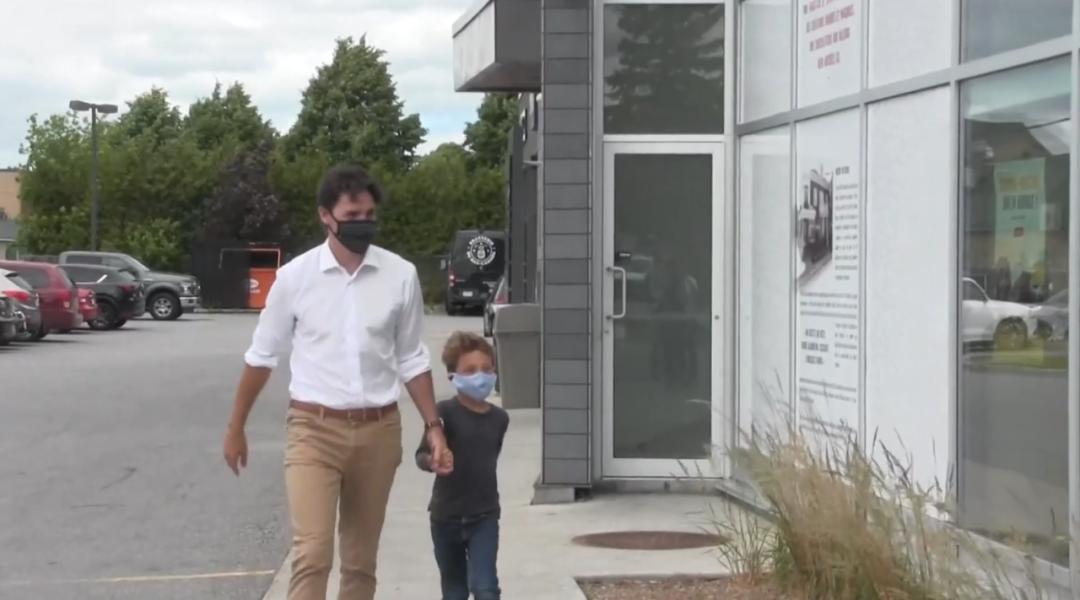温馨! 特鲁多拉着儿子买冰淇淋 当街摘下口罩开舔 总理这段时间也憋坏了