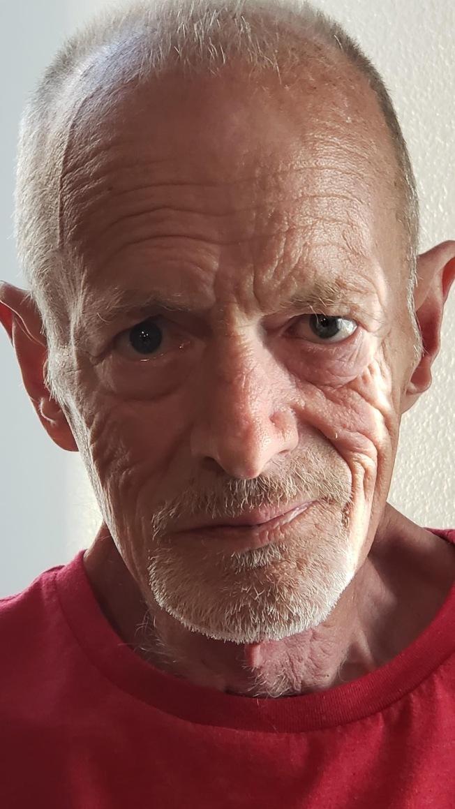丹希克斯在罹患癌症后,整个人变瘦削。(取材自脸书)