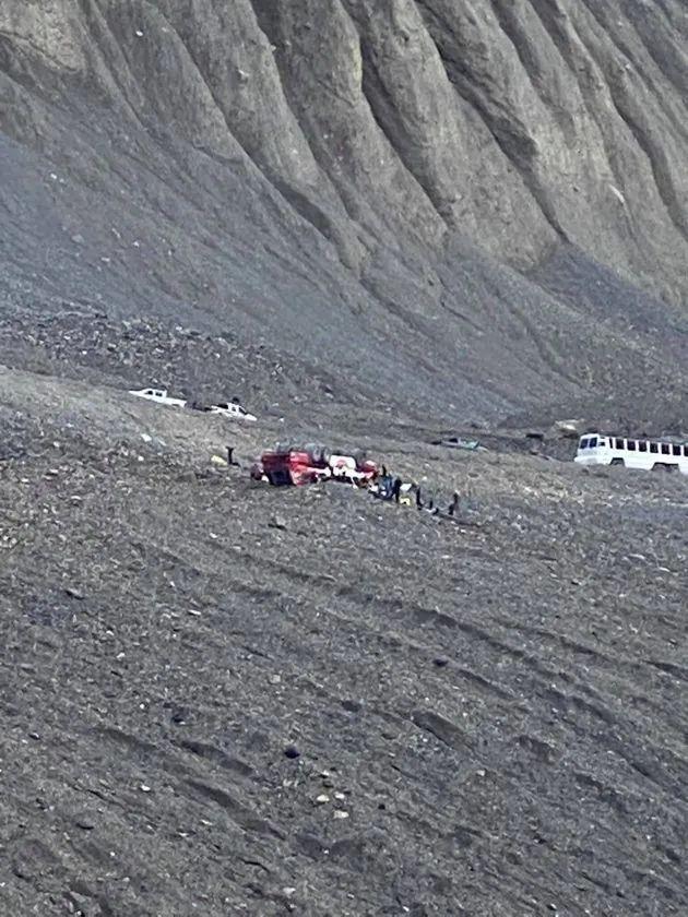 太惨! 3死24伤 班芙冰原旅游巴士翻车! 3人疑被甩出 连滚数十米坠山