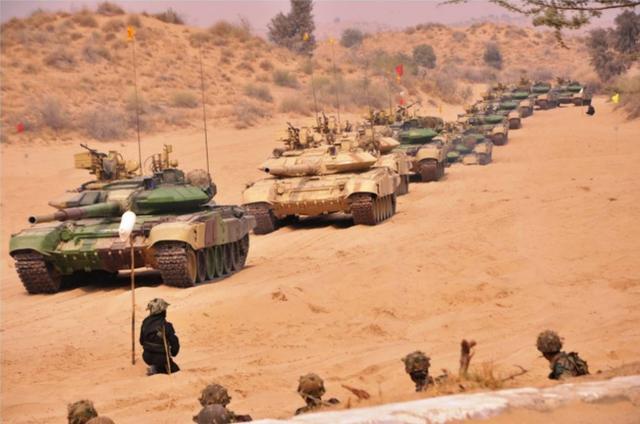 印度在中印边界地区动用坦克、步战和美制武装直升机进行大型军演