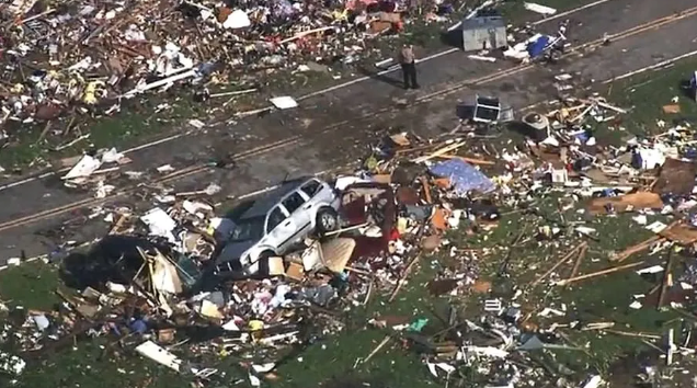 恐怖! 加拿大遭龙卷风狂袭 房屋尽毁 多人伤亡! 18岁少年被甩出车丧命
