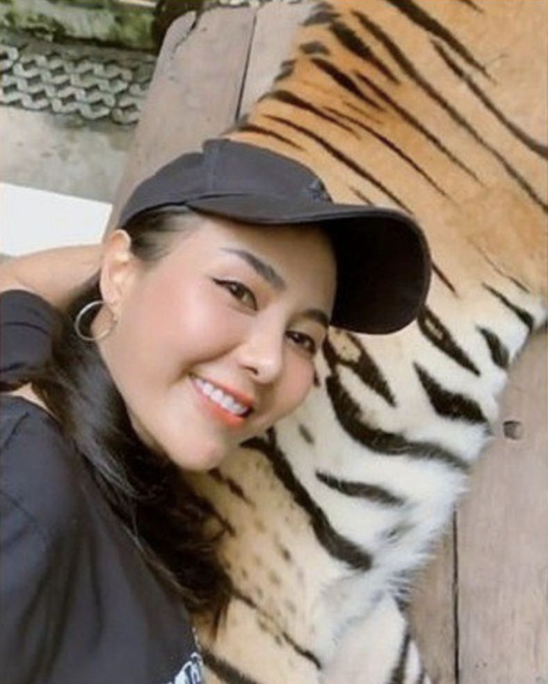 惊呆! 亚裔美女遇老虎求合影 竟伸手抓猛兽蛋蛋 为发朋友圈简直不要命!
