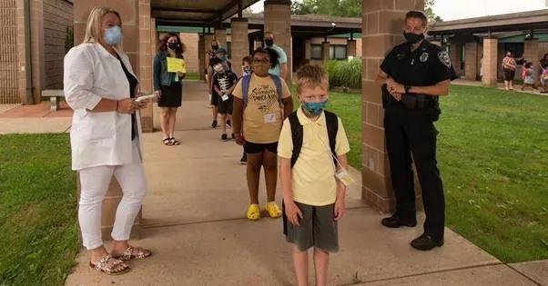 突发! 大温多校爆感染 这所学校10人确诊 卫生部门竟不说 百名家长抗议!