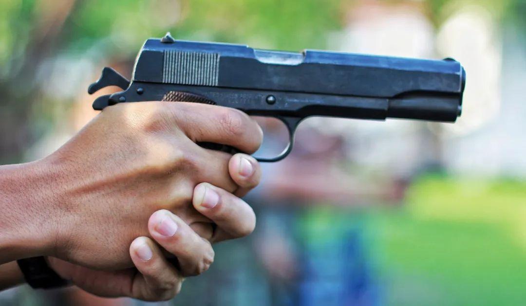 惨剧! 温哥华餐厅一家三口遭枪击 顾客尖叫逃命 夫妇俩在沙发上被射杀
